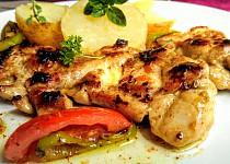 Pikantní grilovaný kuřecí steak s grilovanou zeleninou
