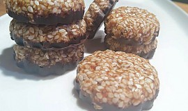 Raw fofr sezamové sušenky s čokoládou