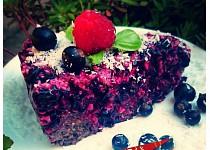 RAW koláč z černého rybízu