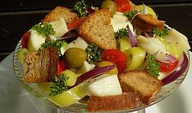 Salát s mozzarellou a olivami