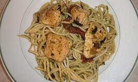 Špagety s rukolovým pestem a kuřecími kousky