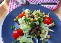 Teplý cizrnový salát s lesními houbami a raným zelím