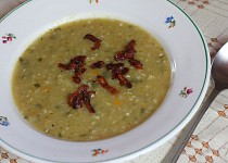 Kapustová polévka s pohankou a slaninovými škvarečky