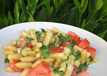 Salát z fazolek a rajčat s česnekem
