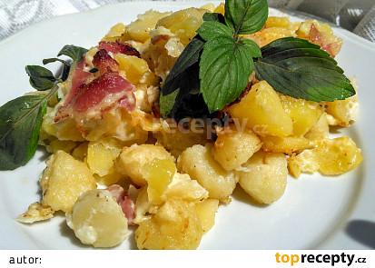 Cibulové  brambory a  bramborové noky se slaninou,  zapečené  s majolkou a jemným sýrem