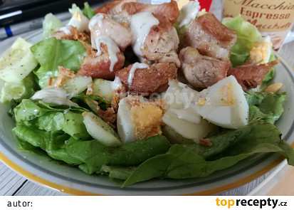 Letni salat s vejci a opecenym krutim masem