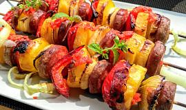 Ostré špízy z brambor,  uzeniny, paprik a cibule s  pikantním přelivem