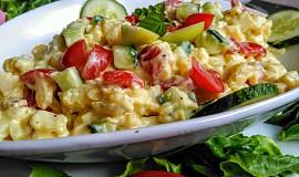 Letní bramborový salát se salátovou okurkou, jablky, rajčátky a kešu zálivkou
