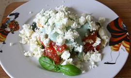 Šopský salát se zeleným dresingem