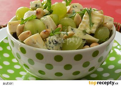 Sýrový salát s hroznovým vínem a mandlemi