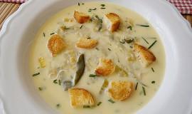 Cuketová polévka s pórkem a sýrem