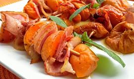 Grilované meruňkové špízy se slaninou