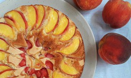 Jednoduchý (ovocný) broskvový koláč s medem