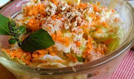 Svěží ledový salát se šunkou, mrkví, kefírem a oříšky
