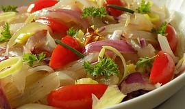 Cibulový salát s rajčaty