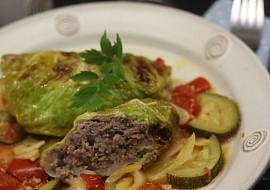 Kapustové listy s krůtí náplní pečené na letní zelenině