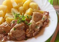 Kuřecí kousky na česneku, slanince a majoránce