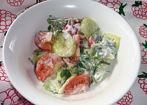 Okurkový salát se šruchou zelnou a rajčaty