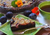 Rychlý perníkový koláč se švestkami a drobenkou