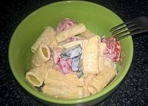 Těstovinový salát (co dům dal)