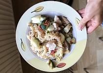 Těstovinový salát s kuřecím a cuketou