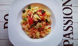 Pasta s krevetami, česnekem a rajčaty