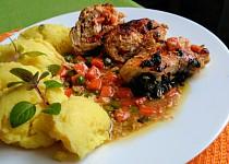 Plněné kuřecí závitky se špenátem, mrkví a hráškem