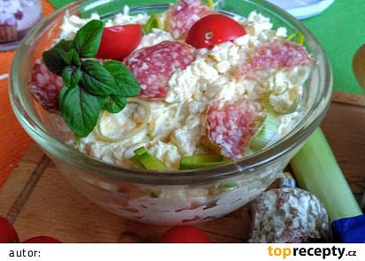 Pomazánka z trojúhelníčků Camembert, klobásy a vajec