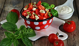 Rajčatový salát s Nivou a bazalkou
