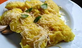 Šťouchané brambory s česnekem, sýrem a zakysanou smetanou