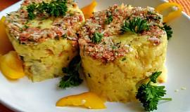 Šťouchané brambory s chorizo klobáskou, sýrem a červenou cibulí