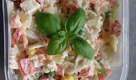 Těstovinový salát s bílým jogurtem a balkánským sýrem