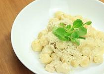 Gnocchi s máslovo parmazánovou omáčkou a kuřecím masem
