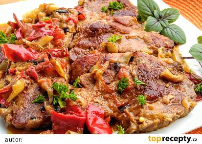 Krkovice naložená v hořčici, pečená s cibulí, paprikami a rajčaty