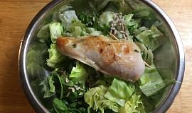 Kuřecí prsa plněná špenátem a sýrem na zeleném salátu