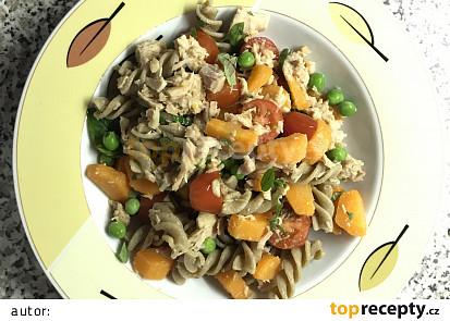 Těstoviny s mrkví, rajčaty a tuňákem