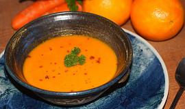 Hřejivá batátovo-mrkvová polévka se zázvorem a pomerančem