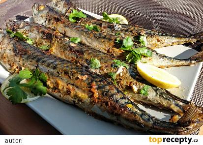 Pečené makrely v bylinkové marinádě  s česnekem a olivovým olejem