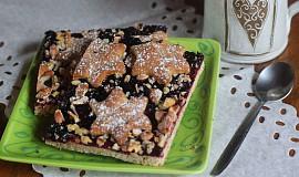 Perníkový koláč se zavařeninou a ořechy