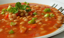 Pikantní rajčatová polévka s fazolemi