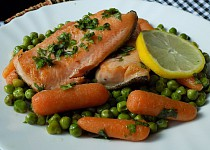 Pstruh lososovitý s bylinkami a máslovou zeleninou