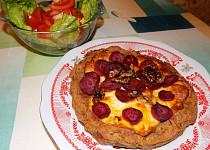 Celozrnný koláč z batátového těsta s červenou řepou a sýrem