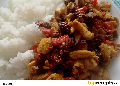 Kuřecí na kari s paprikou a sušenými rajčátky