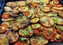 Pečené brambory s majoránkou, rajčaty, česnekem a tymiánem