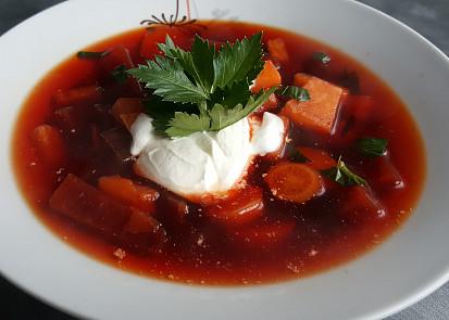 Polévka z červené řepy a kořenové zeleny
