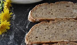 Tmavý chléb se záparou z dýňového semínka