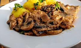 Vepřové plátky na houbách  se směsí  z harissy a  hořčice