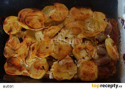 Vinná klobása na zelí s bramborem