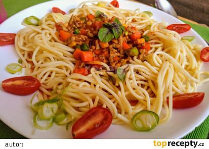 Omáčka k těstovinám z mletého masa, zeleniny a koření