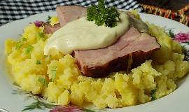 """Šťouchané  brambory s uzeným masem a """"voňavou"""" čepicí"""